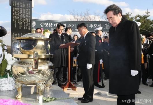[사진]김영삼 전 대통령 묘역 찾은 이낙연 총리