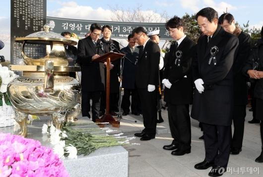 [사진]'김영삼 서거 3주기' 묵념하는 유가족