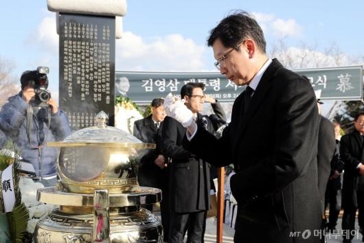 [사진]'김영삼 서거 3주기' 분향하는 김경수 경남도지사