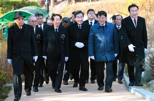 [사진]'김영삼 서거 3주기 추모식' 묘역 이동하는 참석자들