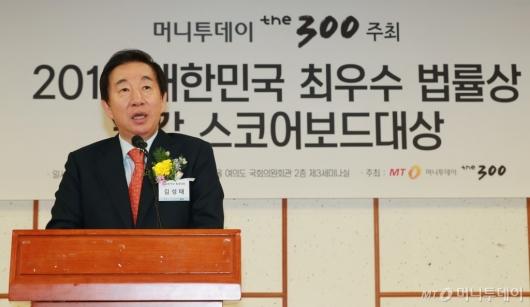 [사진]머니투데이 법률대상 시상식 참석한 김성태 한국당 원내대표