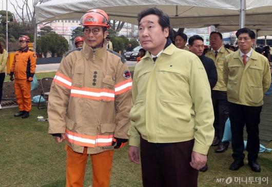 [사진]'민방위의 날' 전국 화재대피훈련 참관하는 이낙연 총리