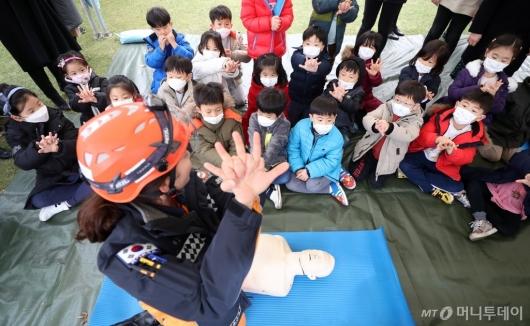 [사진]심폐소생술 교육받는 아이들