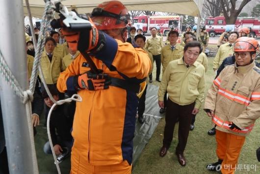 [사진]비상탈출 시범 지켜보는 이낙연 총리