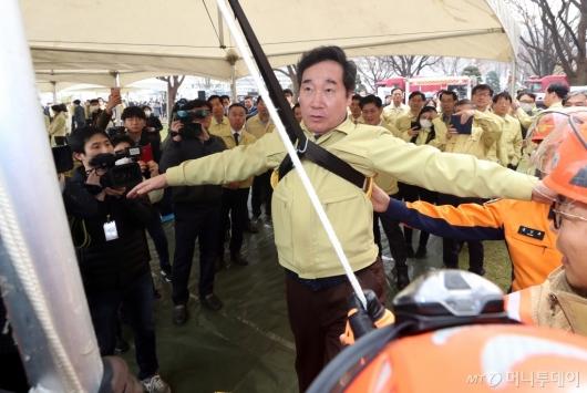 [사진]비상탈출 훈련하는 이낙연 총리