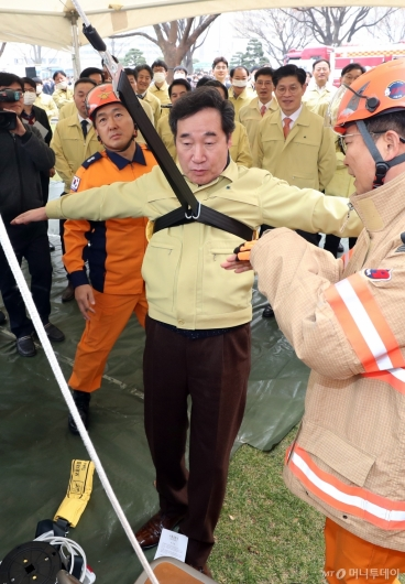 [사진]이낙연 총리, 완강기 비상탈출 훈련