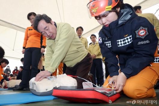 [사진]심폐소생술 훈련하는 이낙연 총리