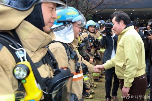[사진]소방대원들 격려하는 이낙연 총리