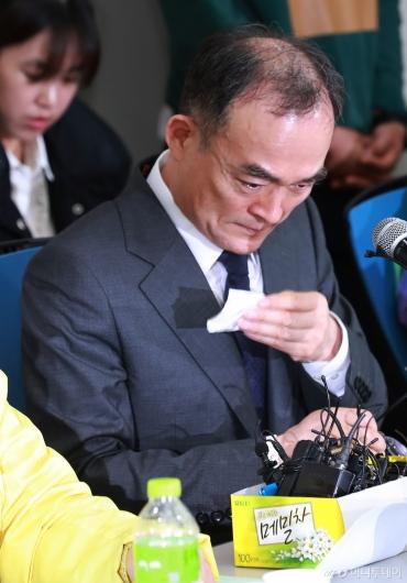 [사진]'형제복지원 피해자 사과' 눈물 흘리는 문무일 검찰총장