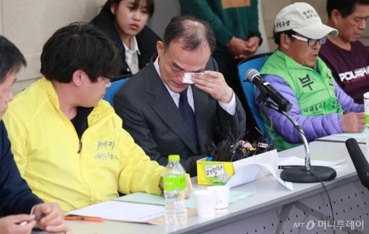 [사진]형제복지원 피해자에 사과하며 눈물 흘리는 문무일 검찰총장