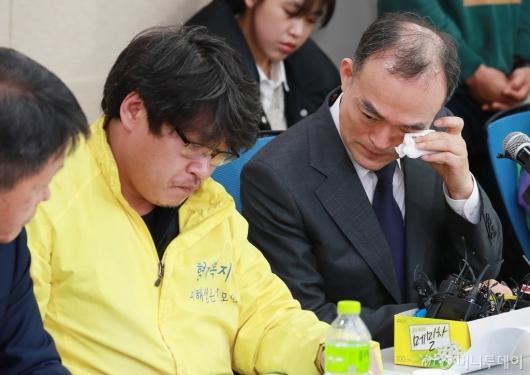 [사진]눈물 흘리는 문무일 검찰총장
