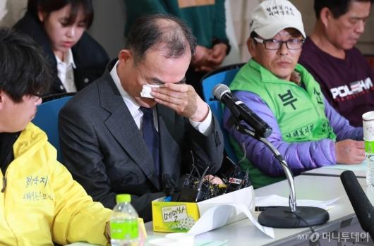 [사진]형제복지원 피해자 앞에서 눈물 흘리는 문무일 검찰총장