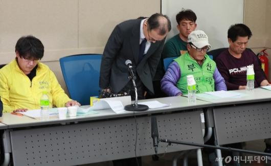 [사진]형제복지원 피해자 앞에 고개숙인 문무일 검찰총장