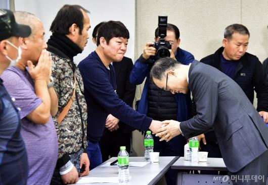 [사진]'형제복지원 피해자 사과' 고개숙인 문무일 검찰총장