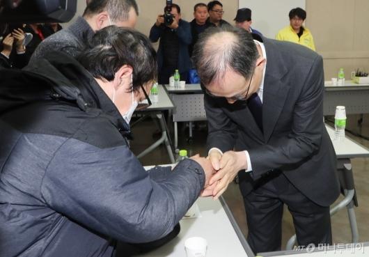 [사진]고개숙인 문무일 검찰총장