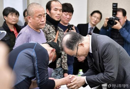 [사진]형제복지원 피해자 앞 고개숙인 문무일 검찰총장