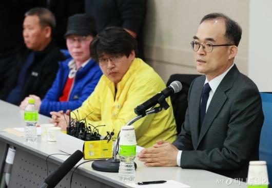 [사진]형제복지원 피해자에 사과하는 문무일 검찰총장