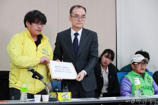 [사진]형제복지원 생존자모임 요구사항 전달받는 문무일 검찰총장