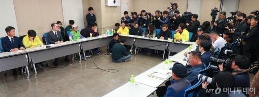 [사진]형제복지원 피해자들 만난 문무일 검찰총장