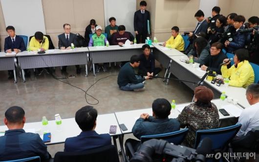 [사진]형제복지원 피해생존자들 만난 문무일 검찰총장