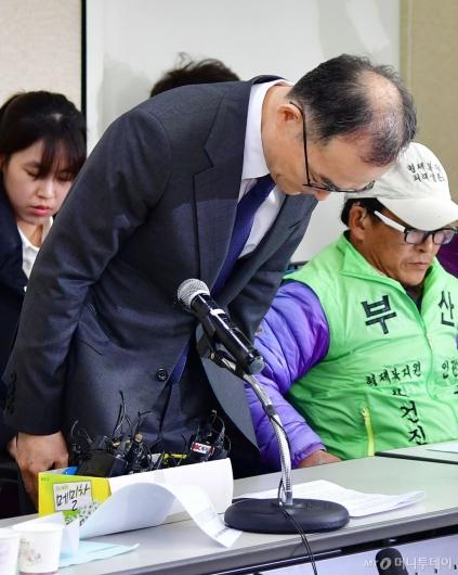 [사진]형제복지원 피해생존자 앞에 고개숙인 문무일 검찰총장