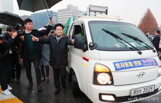 [사진]천막당사 설치차량 지휘하는 정동영 민평당 대표