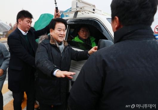 [사진]천막당사 설치 지휘하는 정동영 대표 '야당탄압 말라'