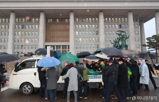 [사진]민평당, 국회 본청 앞 천막당사 설치 강행