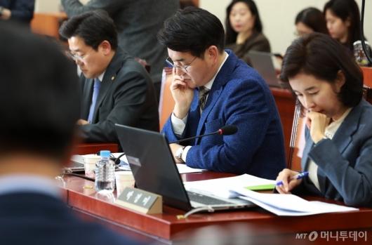 [사진]생각에 잠긴 '유치원 3법' 박용진 의원