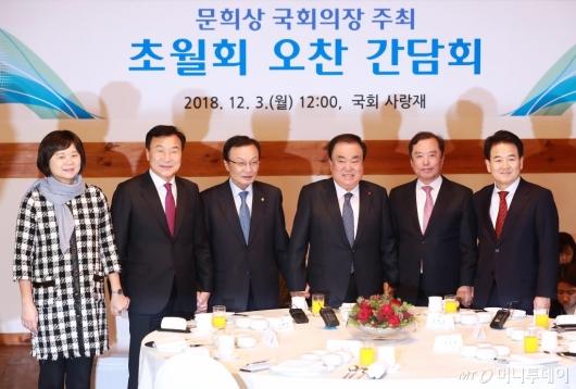 [사진]한자리 모인 국회의장-5당대표