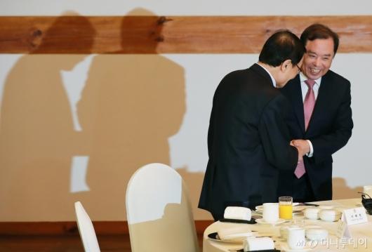 [사진]악수하는 이해찬-김병준
