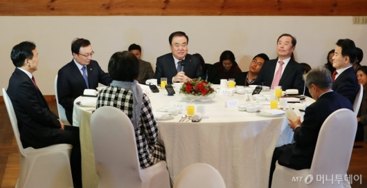 [사진]'깜깜이 국회' 한 자리 모인 국회의장-5당대표