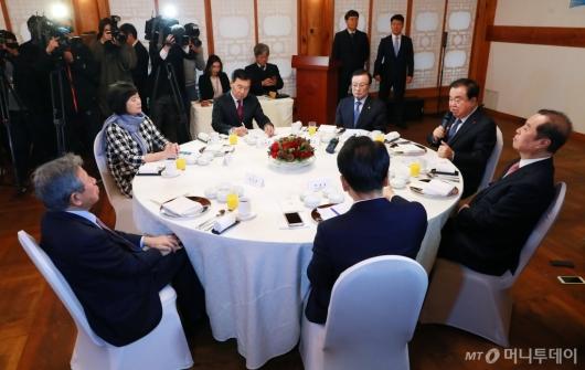[사진]'깜깜이 국회' 한자리 모인 여·야 5당 대표