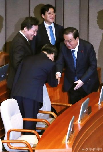 [사진]악수하는 문희상 국회의장-김동연 경제부총리