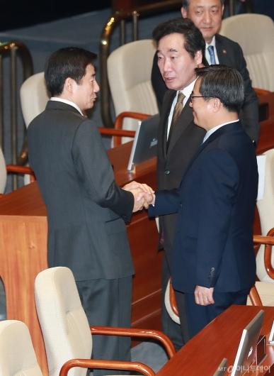 [사진]이용호 의원과 대화하는 이낙연 총리-김동연 부총리