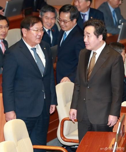 [사진]대화하는 이낙연 총리-김태년 정책위의장