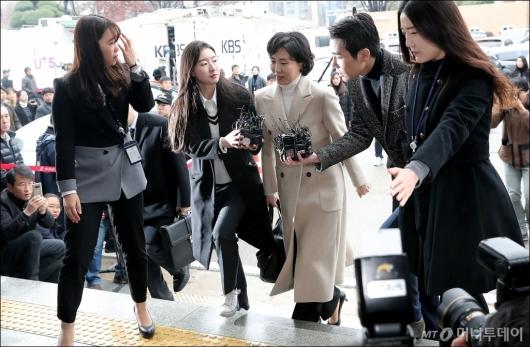 [사진]검찰 들어서는 이재명 지사 부인 김혜경씨