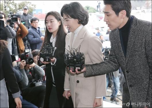 [사진]이재명 지사 부인 김혜경씨, 미소 지으며 검찰 출석