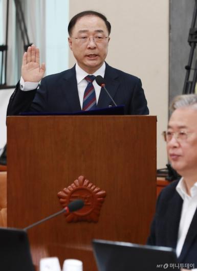 [사진]선서하는 홍남기 경제부총리 겸 기획재정부 장관 후보자