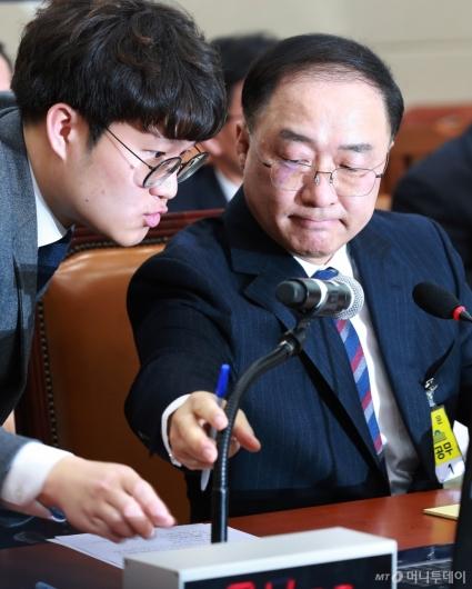 [사진]답변 준비하는 홍남기 경제부총리 후보자