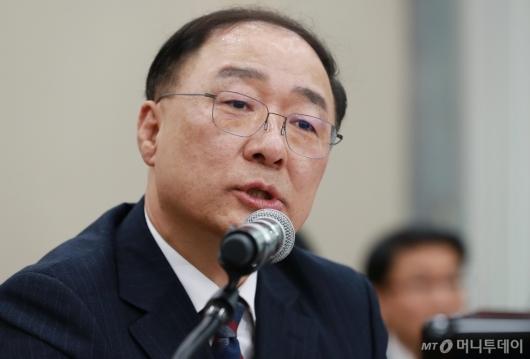 [사진]답변하는 홍남기 경제부총리 후보자