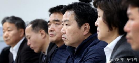[사진]경청하는 홍종학 장관