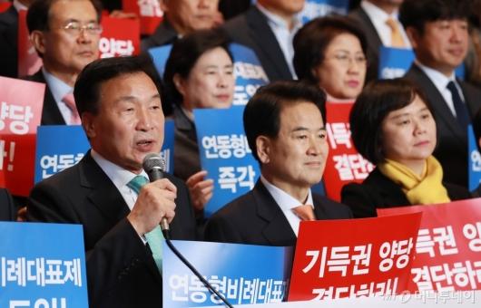 [사진]연동형 비례대표제 결단 촉구하는 야3당 대표들