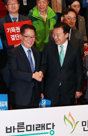 [사진]악수하는 박지원-손학규