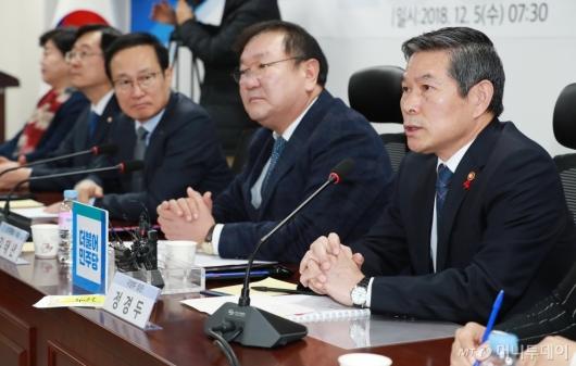 [사진]군사시설 보호구역 해제·완화 당정 참석한 정경두 국방장관
