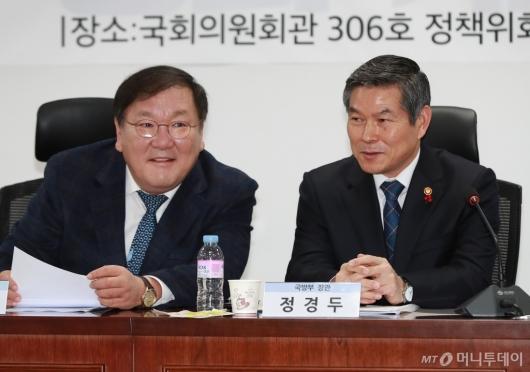 [사진]대화하는 정경두 국방장관-김태년 정책위의장