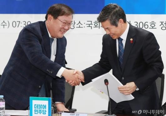 [사진]악수하는 김태년 정책위의장-정경두 국방장관