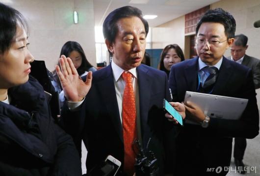 [사진]회동 중 먼저 나온 김성태 자유한국당 원내대표