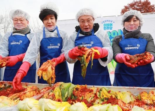 [사진]김장 담그는 민주당 의원들
