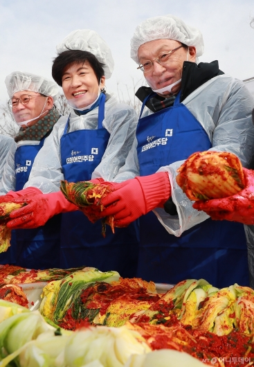 [사진]김장 담그는 이해찬 민주당 대표